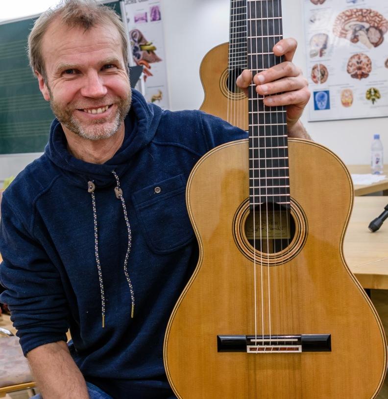 Stefan Zander mit Gitarre Nr. 10918, Foto © Milad Darvish Ghane