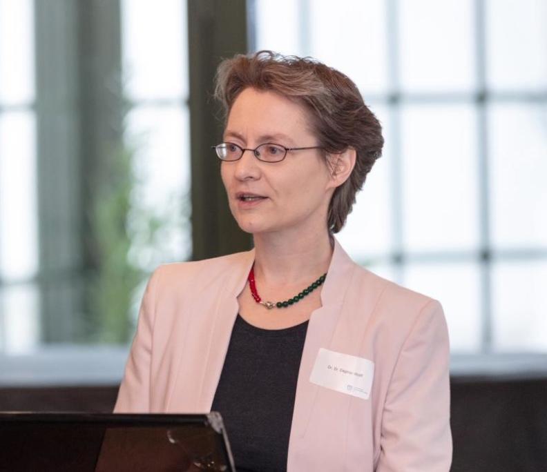 Dr. Dr. Dagmar Wolff beim Vortrag für mArts
