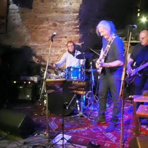 an der Gitarre links Jochen Saul von Restposten