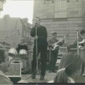 19.11.1989...Partisan vor dem Nationaltheater Weimar