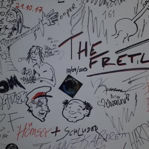 Backstage mit Unterschriftenwand