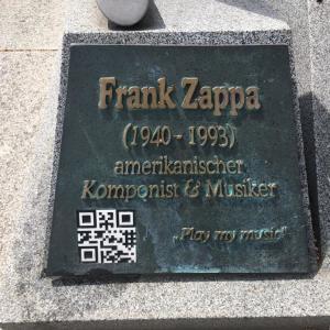 die Gedenkplatte unter der Skulptur in Bad Doberan