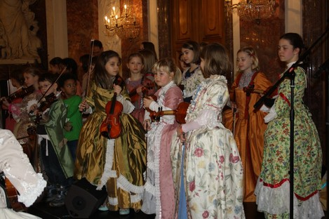 Kinder der Suzuki Schule Mannheim und Musikschulen Mannheim und Grünstadt treffen sich im prächtigen Rittersaal des Mannheimer Schlosses für ein kleines Konzert der Menuette. In Barockkostümen natürlich!