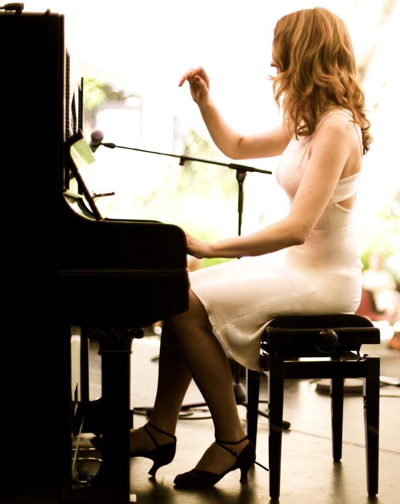 MonaKa am Klavier, Foto: Roman Becker
