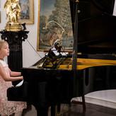 """Die kleine Prinzessin Kiana spielt """"Für Elise"""" von L. van Beethoven"""