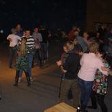 Schnell springt der Funke über, und Gäste wie Insulaner tanzen gruppen-und paarweise miteinander