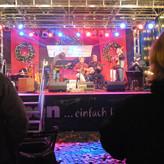 Stimmungsvoll erleuchtet und geschmückt: die Bühne auf dem Kempener Weihnachtsmarkt 2011
