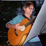 Ottmar Nagel beobachtet das Treiben auf der Tanzfläche und unterstützt bereits die ersten Schritte mit der Akustikgitarre