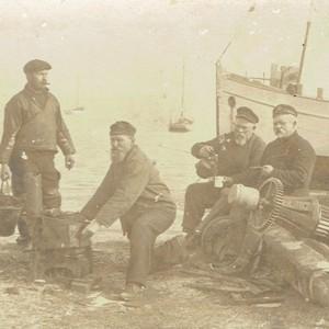 Mein Urgroßvater kniend mit zwei Kapitänen und einem dänischen Fischer (Foto: Sammlung Wilhelm Borstelmann)