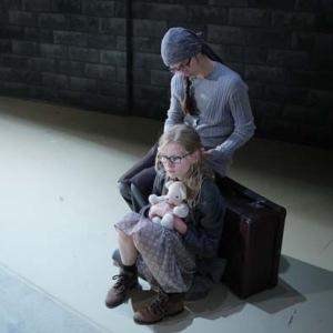 Mädchen und Mutter auf der Flucht