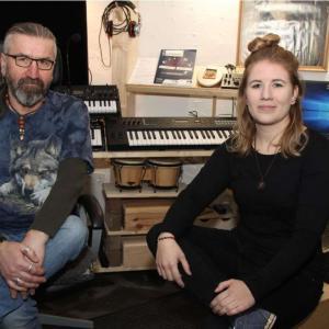 Gunnar Nanuk mit Sängerin Belude im Studio---- Steig aus