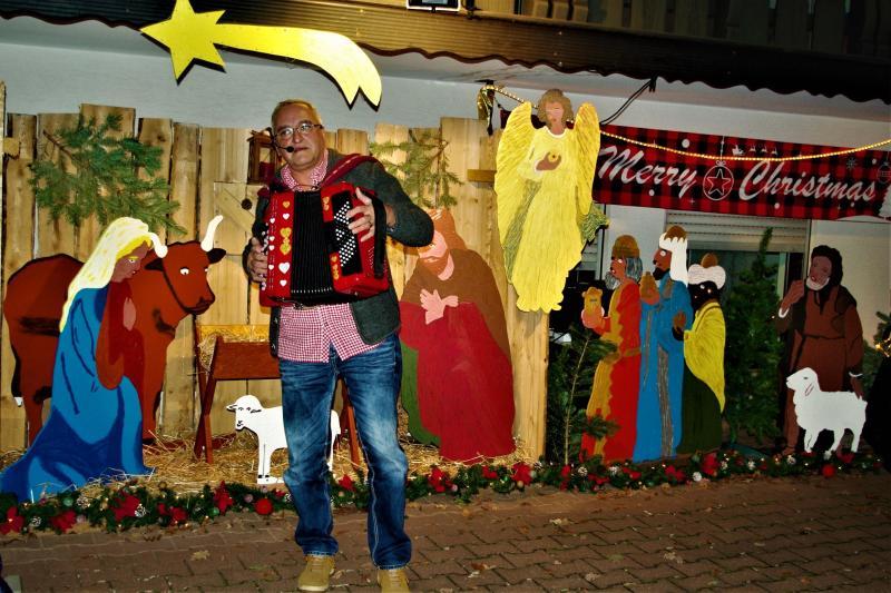 """Hofweihnacht mit Weihnachtlicher Musik von Gert Emig """"Der Odenwald Tiroler"""""""